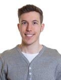 Passbild eines lachenden Kerls in einem grauen Hemd Lizenzfreie Stockbilder