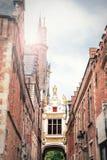 Passe ao quadrado do Burg em Bruges entre a câmara municipal no th fotos de stock