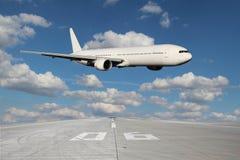 Passe-bas de l'avion blanc Photographie stock libre de droits