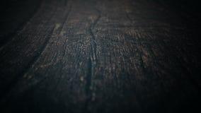 Passe a câmera através da superfície de madeira velha Uma poupança de tela introdutória para filmes policiais, horror do grande f filme