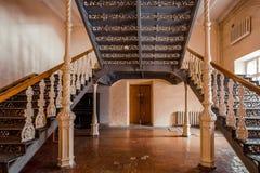 Passe escadas bonitas do vintage na mansão velha Corrimão ornamentado do ferro forjado imagens de stock