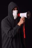 Passe-montagne blanc de port de jeune homme méconnaissable, hoodie noir a photo stock