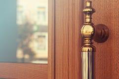 Passe o botão de porta decorativo em um dia ensolarado fotografia de stock