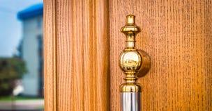 Passe o botão de porta decorativo em um dia ensolarado imagens de stock