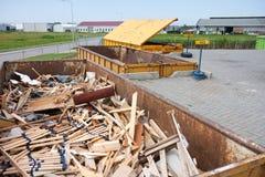 Passe o contentor com groundwood em uma descarga da recusa fotografia de stock