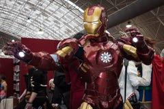 Passe o cosplayer do homem que levanta na convenção de Festival del Fumetto em Milão, Itália Fotografia de Stock