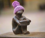 Passe o menino ou o menino que olham a estátua da lua Éstocolmo, Suécia Imagens de Stock Royalty Free