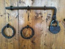 Passe o parafuso com um fechamento e anéis do ferro foto de stock royalty free
