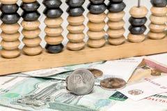 Passe o rublo, as contas de papel e o ábaco velho Fotografia de Stock