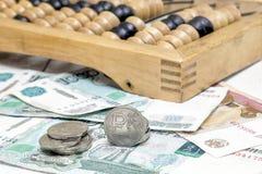 Passe o rublo, as contas de papel e o ábaco velho Imagens de Stock