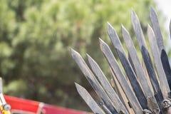 Passe o trono feito com espadas, cena da fantasia ou fase recreação Foto de Stock