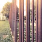 Passe os polos que marcam o trajeto de Berlin Wall, Bernauer Straße, Mitte, Berlim, Alemanha Imagens de Stock Royalty Free