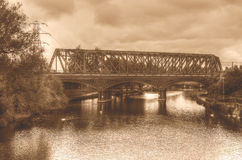 Passe a ponte Railway no tom do sepia de Peterborough Inglaterra HDR Fotos de Stock Royalty Free