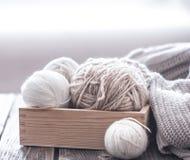 Passe-temps à la maison, tricotant photo libre de droits