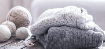 Passe-temps à la maison, tricotant photographie stock libre de droits
