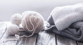 Passe-temps à la maison, tricotant photographie stock
