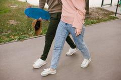 Passe-temps actif sain de planche à roulettes de couples de sport Photos libres de droits