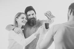 Passe-temps commun les jeunes heureux, alcool potable, se ferment vers le haut des mains grillant, ayant l'amusement, partie d'am Photos libres de droits