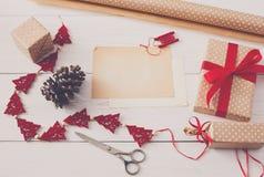 Passe-temps créatif Outils faits main pour envelopper le cadeau de Noël dans la boîte Photo libre de droits