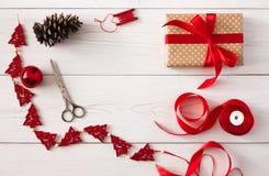 Passe-temps créatif Outils faits main pour faire le cadeau de Noël dans la boîte Image libre de droits