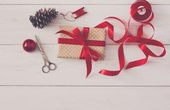 Passe-temps créatif Outils faits main pour faire le cadeau de Noël dans la boîte Photographie stock libre de droits
