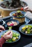 Passe-temps de loisirs de brunch de restaurant de dîner d'amis Photographie stock libre de droits