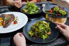 Passe-temps de loisirs de brunch de restaurant de dîner d'amis Photos stock