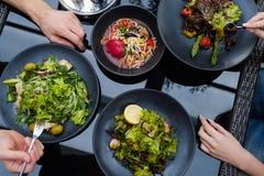 Passe-temps de loisirs de brunch de restaurant de dîner d'amis Images stock