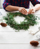 Passe-temps diy créatif Décoration faite main, ornement et guirlande de Noël de métier Photographie stock libre de droits