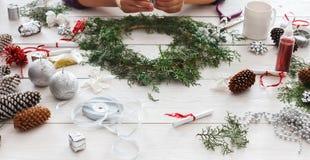 Passe-temps diy créatif Décoration faite main, ornement et guirlande de Noël de métier Photo libre de droits