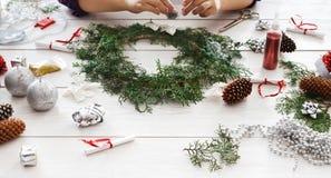 Passe-temps diy créatif Décoration faite main, ornement et guirlande de Noël de métier Image libre de droits