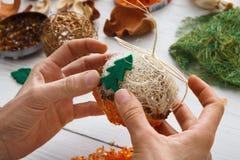 Passe-temps diy créatif Décoration faite main, boules et guirlande de Noël de métier Photographie stock libre de droits