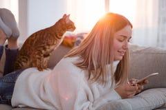 Passe-temps heureux de compagnon animal d'animal familier de temps libre Images libres de droits