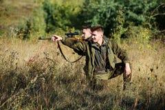 Passe-temps pour le vrai concept d'hommes Chasseurs avec des fusils dans l'environnement de nature L'ami de chasseur apprécient d photo stock