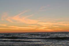 Passe um por do sol da praia da grade Imagem de Stock Royalty Free