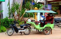 Passeggeri aspettanti del taxi tradizionale immagine stock
