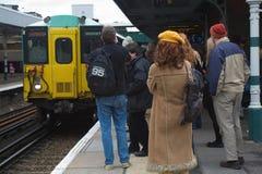 Passeggeri che aspettano un treno fotografia stock