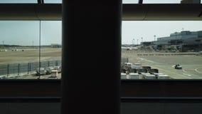 Passeggeri che camminano al corridoio di partenza nell'aeroporto internazionale di Narita, concetto di viaggio d'affari archivi video