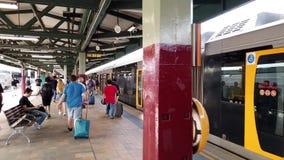 Passeggeri che escono treno suburbano, stazione ferroviaria centrale, Sydney, Australia archivi video