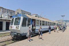 Passeggeri che fanno un passo fuori dal treno a Aiaccio, Corsica Fotografia Stock