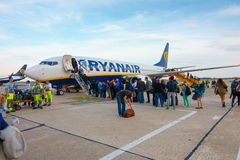 Passeggeri che imbarcano sugli aerei della compagnia aerea Ryanair di basso costo Fotografia Stock