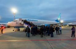 Passeggeri che imbarcano sugli aerei della compagnia aerea Ryanair di basso costo Fotografia Stock Libera da Diritti