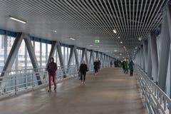 Passeggeri che ottengono il passaggio sotto la superficie Cerchio della centrale di Mosca Immagini Stock Libere da Diritti