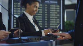 Passeggeri che passano controllo biometrico in aeroporto fotografia stock