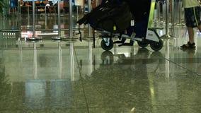 Passeggeri che portano bagagli video d archivio