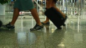 Passeggeri che portano bagagli archivi video