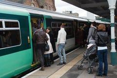 Passeggeri che provano ad ottenere su un treno immagini stock libere da diritti