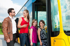 Passeggeri che si imbarcano su un bus immagini stock libere da diritti