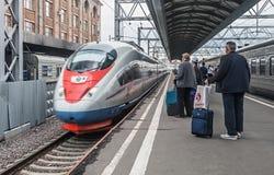 Passeggeri che si imbarcano sul treno sapsan alla stazione di Mosca Fotografia Stock Libera da Diritti