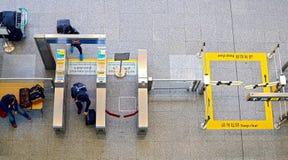 Passeggeri che utilizzano la macchina del biglietto alla stazione della metropolitana a Hong Kong fotografie stock libere da diritti